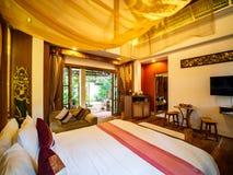 Luxeruimte met bed met uitstekende decoratie, de stijl van Bali royalty-vrije stock fotografie