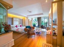 Luxeruimte met bed in warm licht royalty-vrije stock foto