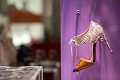 Luxeschoen in schoenenopslag Stock Foto's