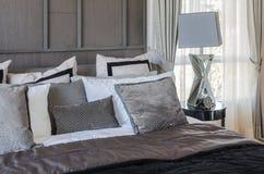 Luxeslaapkamer in de donkere stijl van de kleurentoon met lamp en alarm cloc Stock Fotografie