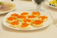 Luxesnacks met kaviaar of oranje vissenkuiten royalty-vrije stock fotografie