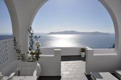 Luxeterras met overzeese mening over Griekse eilandsantorini Royalty-vrije Stock Foto's