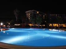 Luxetoevlucht met mooie pool en verlichtingsnachtmening Stock Afbeelding