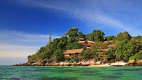 Luxetoevlucht op heuvel met kristaloverzees in Koh Lipe royalty-vrije stock foto