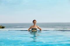 Luxetoevlucht Vrouw het Ontspannen in het Water van het Oneindigheids Zwembad Mooi Gelukkig Gezond Vrouwelijk Modelenjoying summe royalty-vrije stock foto's