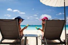 Luxevakantie voor vrouw. Wit tropisch strand stock foto