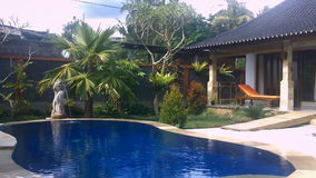 Luxevilla met pool openlucht stock video
