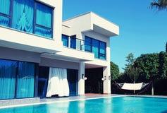 Luxevilla met zwembad in een de zomertoevlucht royalty-vrije stock foto