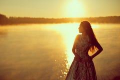 Luxevrouw in een bos in een lange uitstekende kleding dichtbij het meer Royalty-vrije Stock Afbeelding
