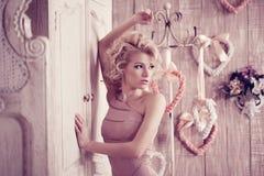 Luxevrouw Jonge modieuze slanke mooie vrouw in de slaapkamer Royalty-vrije Stock Foto