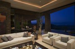 Luxewoonkamer binnenshuis bij Nacht Royalty-vrije Stock Afbeeldingen