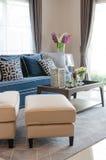 Luxewoonkamer met blauwe klassieke bank en hoofdkussens, houten Ta Stock Afbeeldingen