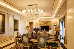 Luxewoonkamer met kristalverlichting stock foto's
