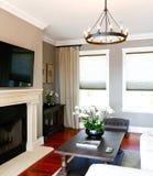 Luxewoonkamer met open haard en TV Royalty-vrije Stock Afbeeldingen