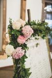 Luxo, arranjo elegante da tabela do copo de água, centavo floral imagens de stock royalty free
