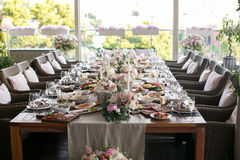Luxo, arranjo elegante da tabela do copo de água, peça central floral Foto de Stock Royalty Free