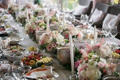 Luxo, arranjo elegante da tabela do copo de água, peça central floral Fotos de Stock Royalty Free