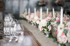 Luxo, arranjo elegante da tabela do copo de água, peça central floral Imagem de Stock Royalty Free