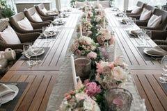 Luxo, arranjo elegante da tabela do copo de água, peça central floral Imagens de Stock