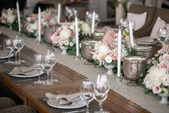Luxo, arranjo elegante da tabela do copo de água, peça central floral Fotografia de Stock Royalty Free
