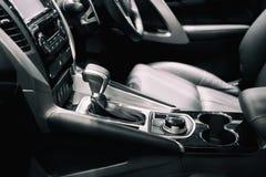 Luxo do interior do carro na área da engrenagem do deslocamento da transmissão C moderno imagens de stock royalty free