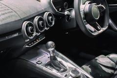 Luxo do interior do carro na área da engrenagem do deslocamento da transmissão C moderno fotografia de stock