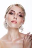 luxo Senhora aristocrática Blonde com joia - Eardrops da platina Fotos de Stock Royalty Free