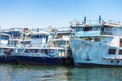 Luxor, Ägypten - 12. August 2014: Ägyptische Flussboote und -yachten parkten im Marine-Nil auf dem Weg nach Luxor Stockfotos