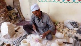 Luxor, Ägypten - 2019-05-01 - Mann Chisles-Alabaster-Stein als der Anfang eines Vase stock footage