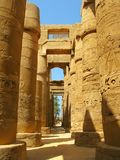 Luxor: Colonne magnifiche al tempiale di Karnak immagini stock libere da diritti