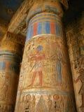 Luxor: colunas com carvings do pharaoh, Medinet Habu fotografia de stock
