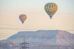 12/11/2018 Luxor, Egipt gorące powietrze balony wzrasta przy wschód słońca nad zieloną oazą w pustyni zdjęcia stock