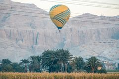 12/11/2018 Luxor, Egipt gorące powietrze balony wzrasta przy wschód słońca nad zieloną oazą w pustyni zdjęcie royalty free
