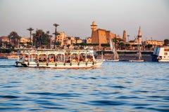 LUXOR EGIPT, LUTY, - 17, 2010: Turystyczna łódź na Nil Luxor miastem fotografia stock