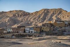 12/11/2018 Luxor, Egipt, ruiny antyczny miasto przy stopą piaskowate góry zdjęcia royalty free