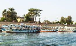 Luxor, Egipto - 18 de enero de 2016: Barcos turísticos en el embarcadero en la orilla oriental del Nilo, Egipto Imagen de archivo libre de regalías