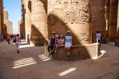 LUXOR, EGIPTO - 17 DE FEVEREIRO DE 2010: Turistas felizes no templo de Karnak de Luxor Foto de Stock
