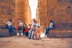 LUXOR, EGIPTO - 17 DE FEVEREIRO DE 2010: Turistas felizes no templo de Karnak de Luxor Fotografia de Stock