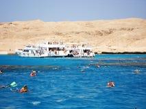 Luxor, Egipto 25 de maio de 2013 E barco Barco na costa turistas Iate fotografia de stock royalty free