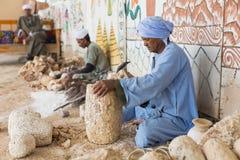 LUXOR, EGIPTO - 22 DE MARÇO DE 2017: Povos que trabalham na loja de lembrança me Fotografia de Stock