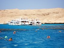 Luxor, Egipto 25 de mayo de 2013 Playa Barco Barco en la orilla turistas Yate fotografía de archivo libre de regalías