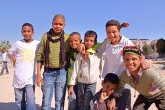 LUXOR, EGIPTO - 6 DE NOVEMBRO DE 2011: Sete meninos egípcios novos de acolhimento que levantam na margem oriental do Nilo Fotos de Stock