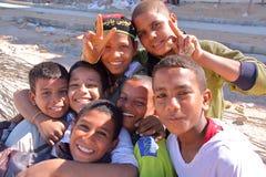 LUXOR, EGIPTO - 6 DE NOVEMBRO DE 2011: Sete meninos egípcios novos que levantam na margem oriental do Nilo Fotografia de Stock Royalty Free