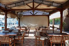 Luxor, Egito - 12 de agosto de 2014: Restaurante e praia exteriores no banco de rio Imagem de Stock