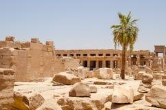 Luxor, Egito, o 23 de julho de 2014 Ruínas no templo do karnak fotografia de stock