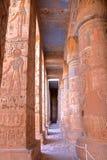 LUXOR, EGYPTE: Hiërogliefen en kolommen bij de tempel van Medinet Habu stock fotografie