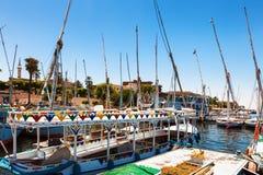Luxor Egypten - 12 Augusti, 2014: Egyptiska flodfartyg och yachter som parkeras i flottan Nile River på vägen till Luxor Royaltyfria Foton