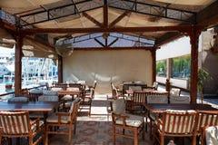 Luxor Egypten - 12 Augusti, 2014: Utomhus- restaurang och strand på flodbanken Fotografering för Bildbyråer