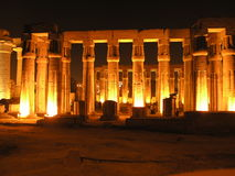 Luxor em a noite imagens de stock