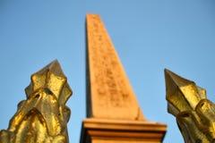 Luxor-Obelisk und goldene Zaunpfosten Stockfotografie